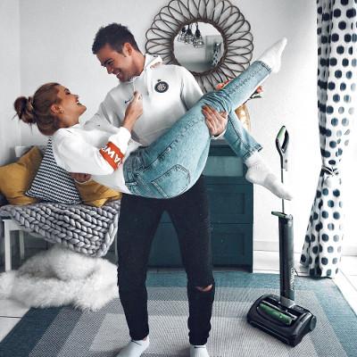 Cristina und Ovidiu saugen die Wohnung mit dem kabellosen Staubsauger AirRam