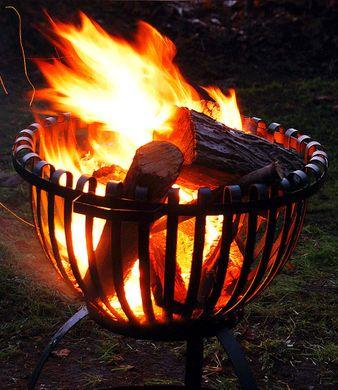 Feuerkorb im Garten - Lagefeuerstimmung, Rauchentwicklung, Funkenflug können jedoch unangenehm bis gefährlich werden.